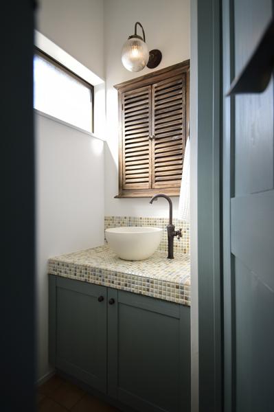 レトロなデザインを織り交ぜたトイレ手洗いの様子