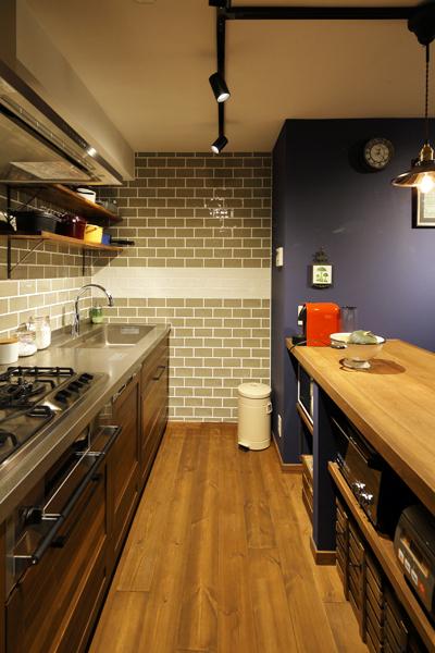 ブリックタイルと木素材を組み合わせた海外風キッチンの様子