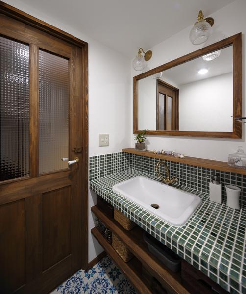 木とタイルでレトロモダンな洗面室の様子