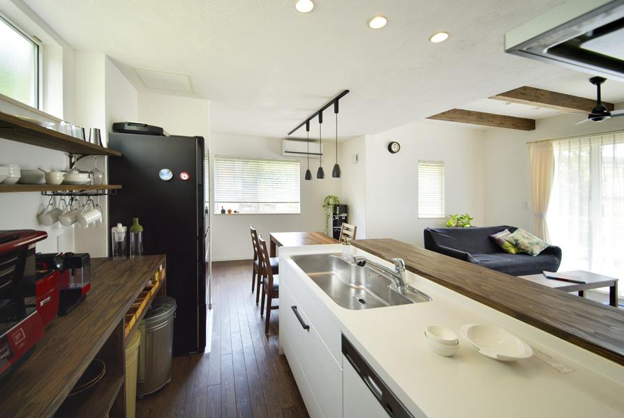オープン収納を具えたキッチンの様子