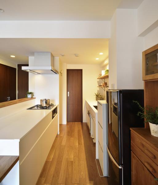 2列タイプの白いキッチンの様子