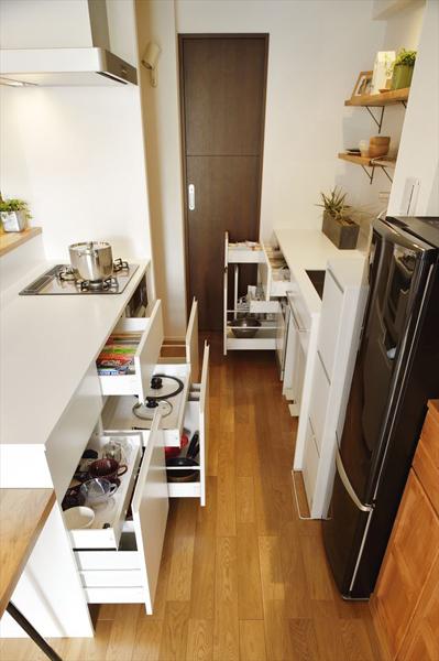 キッチン内の収納の様子