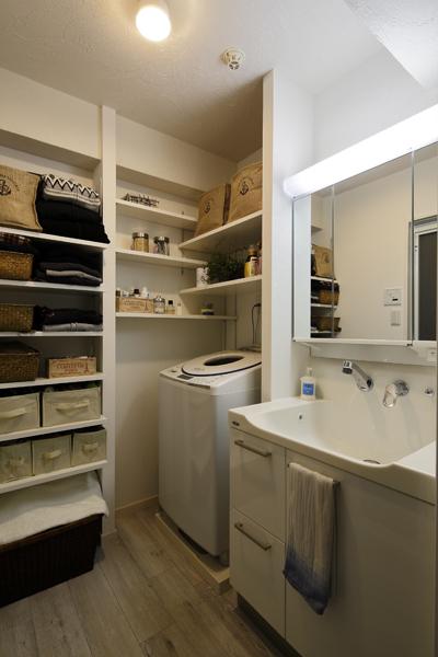 コンパクトな空間を効率よく使い切った洗面スペースの様子