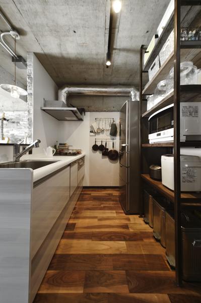 造作した棚にツール類がすっきり収まったキッチンの様子