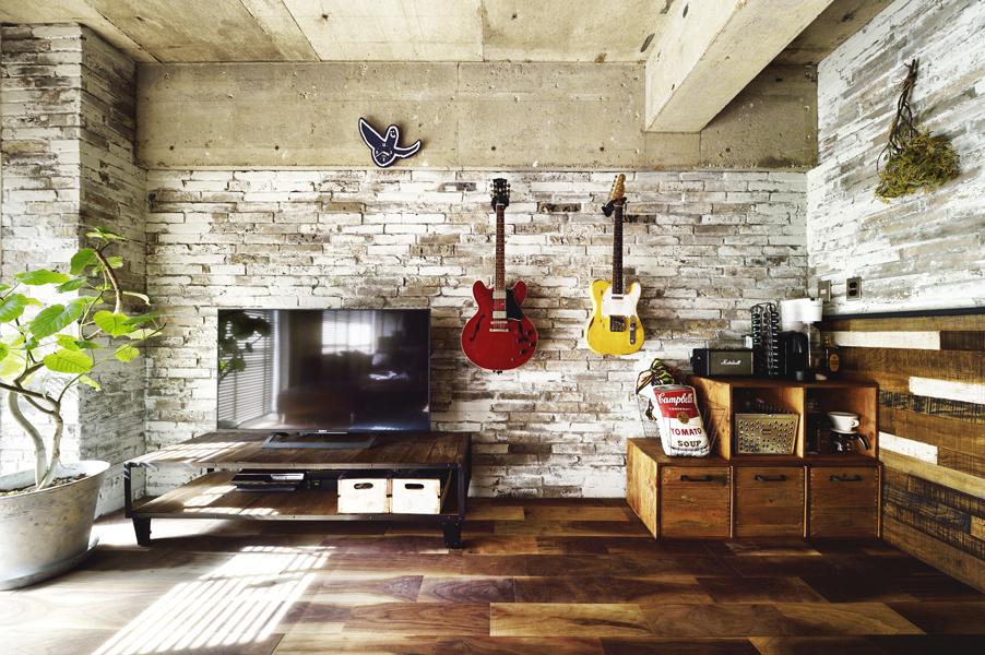 石材と木材でナチュラルにデザインしたリビングの様子