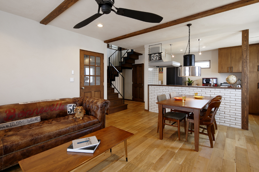 薪ストーブやガレージのある暮らし -素材重視のアメリカンインテリア- (新築・注文住宅)