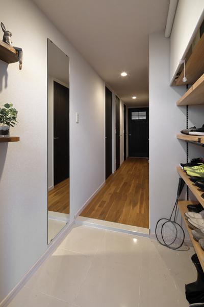 玄関収納をパイン材で造作した玄関の様子