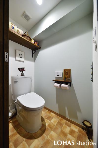 優しいペールトーンで塗装した落ち着いた雰囲気のトイレ