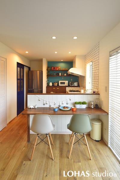 白い腰壁で軽やかな印象のキッチンカウンターの様子