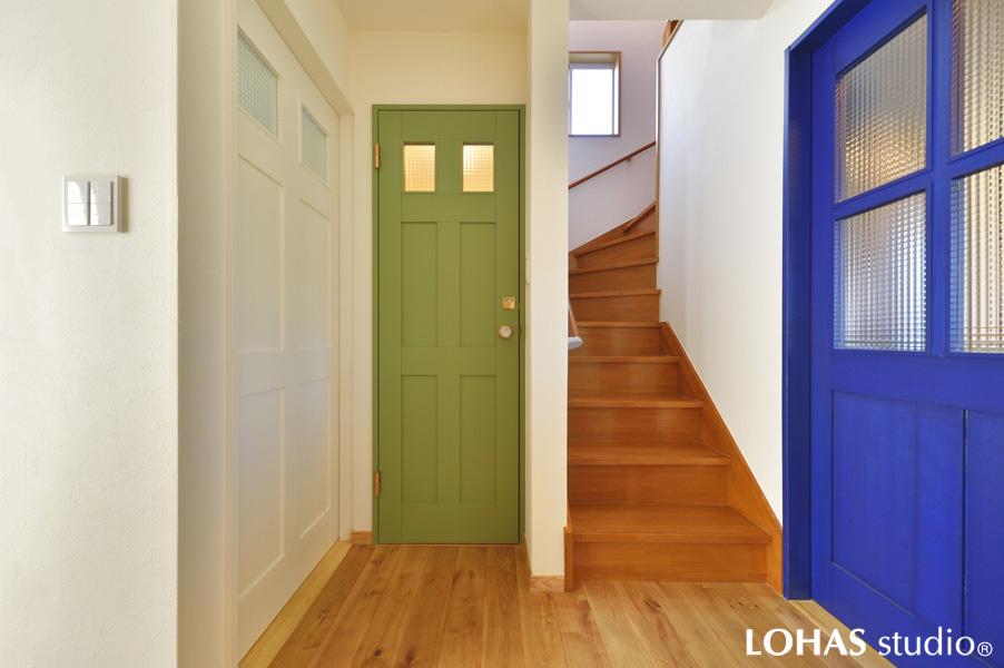 カラフルな扉が印象的な玄関ホールの様子