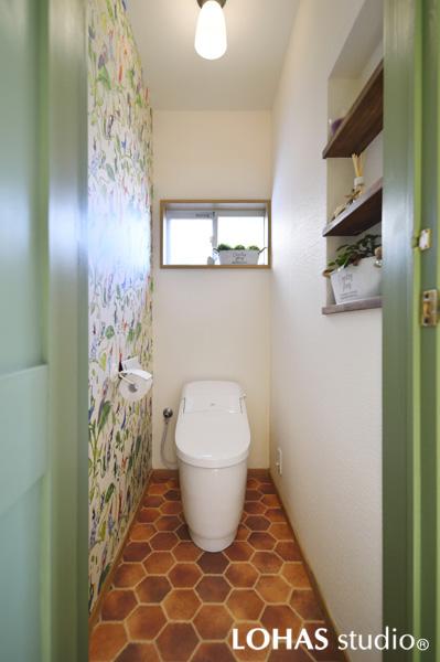 ハチの巣とフラワーをデザインした自然な装いのトイレの様子