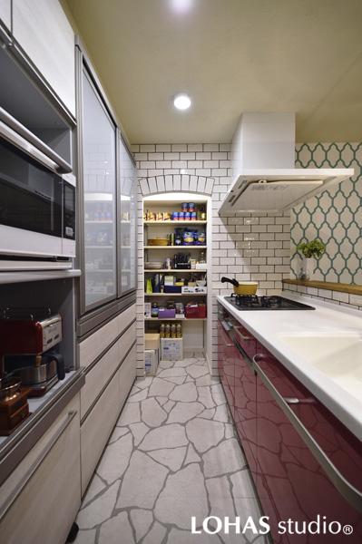 リゾートをイメージした対面キッチンの様子