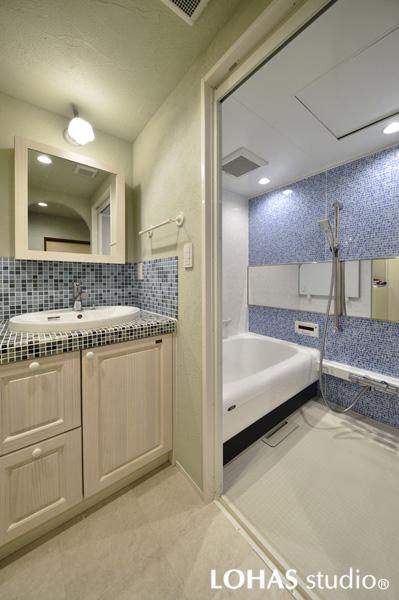 ブルー色で調えた清涼感たっぷりの洗面・浴室の様子