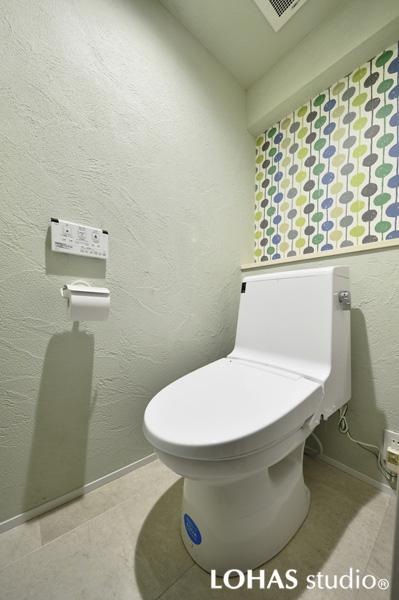 海外クロスを施工したシンプルなトイレ