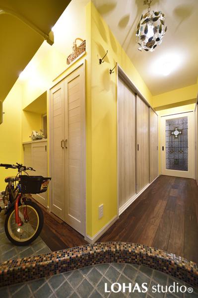 イエローカラーの明るい玄関の様子