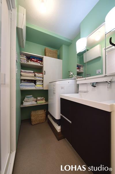 清涼感あるミント調の洗面室