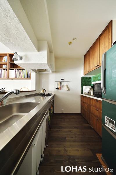 グリーンが印象的な対面キッチンの様子
