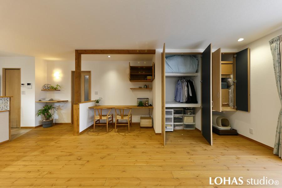 床の間・縁側のスペースを活用したリビング収納の様子