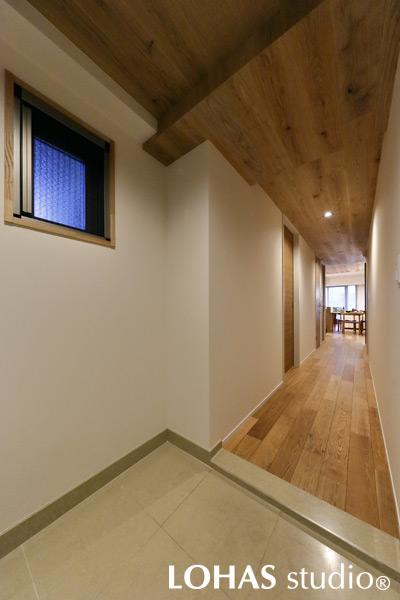 木材とエコクロスで空気のきれいな玄関・廊下の様子