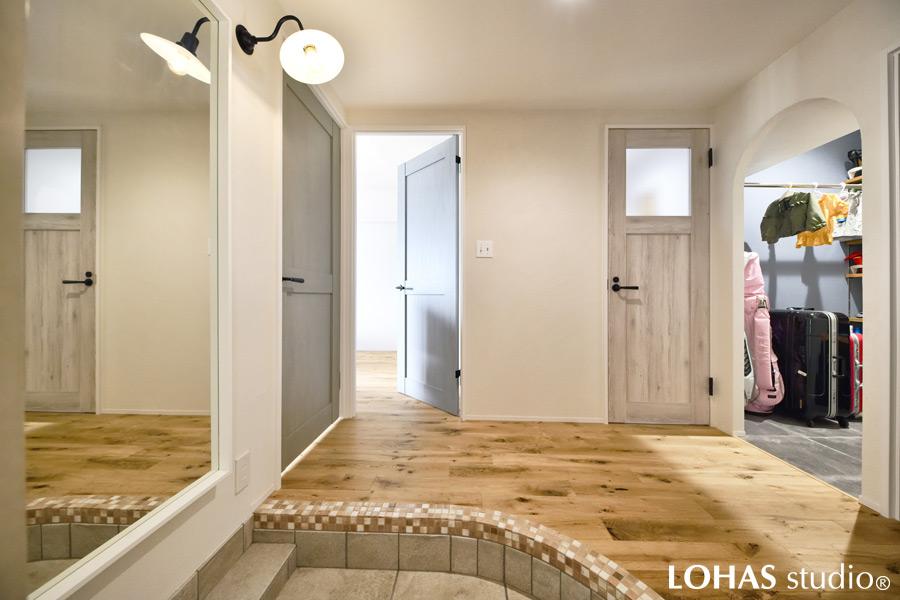 アール壁を使って柔らかい印象となった玄関の様子