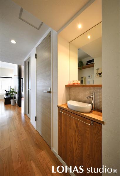 廊下に施工したサブ洗面台の様子