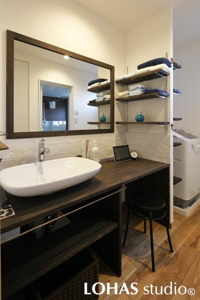 リゾートホテルのような上質な雰囲気の洗面台の様子