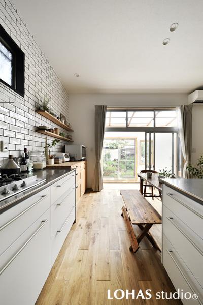 白基調の明るいキッチンの様子
