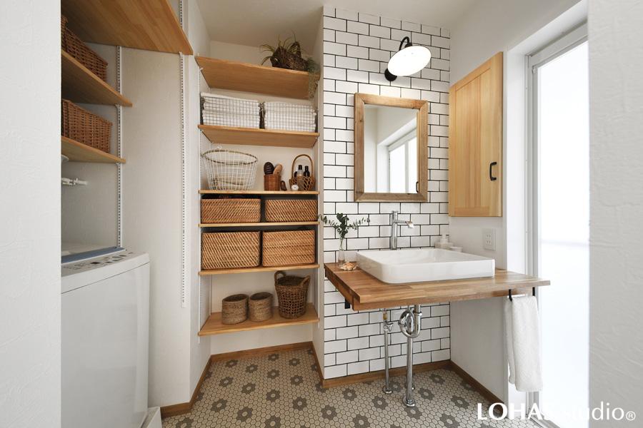 タイルデザインが可愛らしい洗面室の様子