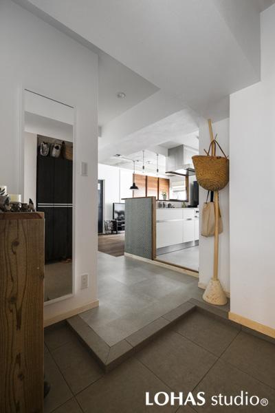 キッチンとオープンに繋がった玄関ホールの様子