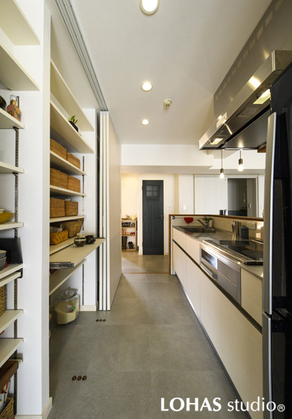 キッチン内の収納スペースの様子