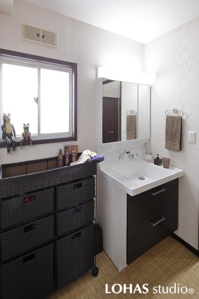 アジアンムードの漂う洗面室の様子