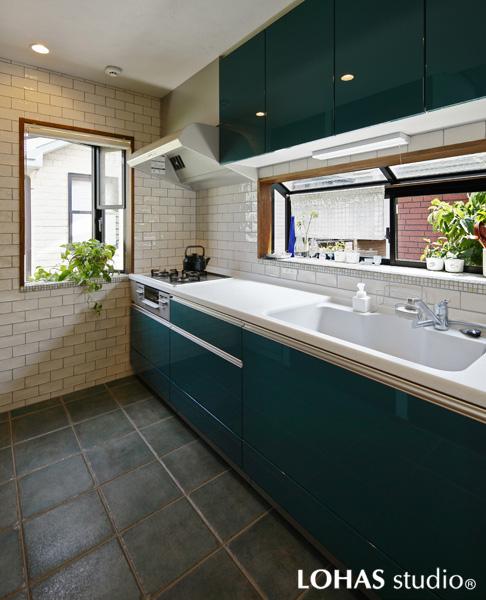 爽やかなグリーン色のキッチンの様子