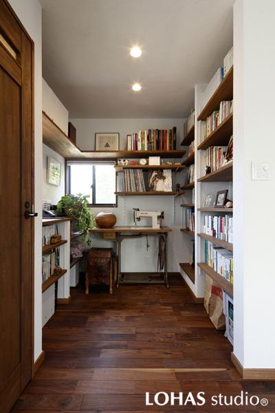 収納力抜群の書斎・家事室の様子