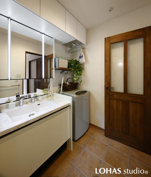 手焼き風タイルを施工した洗面室です