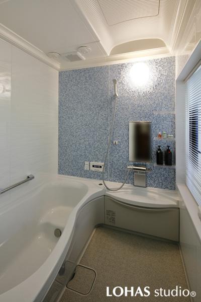 モザイク状のデザインが爽やかな浴室の様子