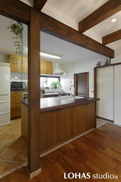 シンク付き調理台を造作したキッチンの様子