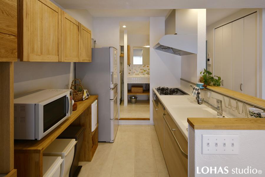 自然石のようなフロアタイルを施工したキッチンの様子