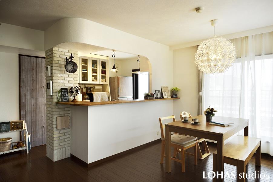 柔らかな曲線を描くキッチン(マンション)