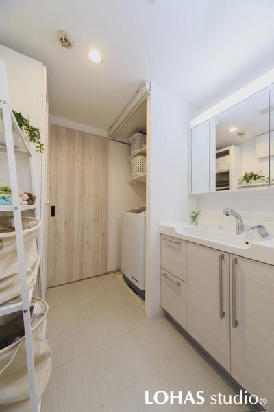 シャビーなホワイトオークの扉が印象的な洗面室の様子
