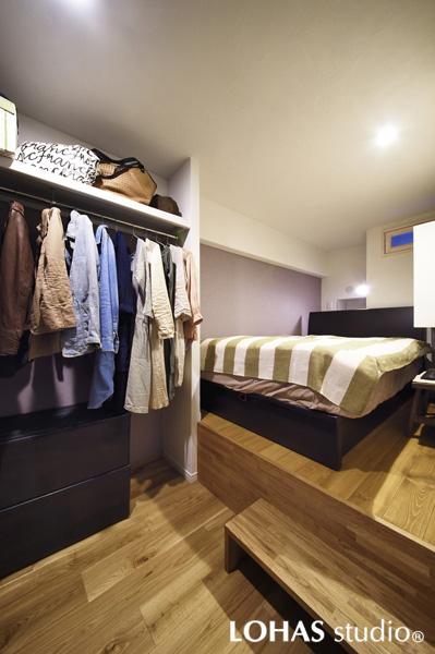 小上がりのある寝室の様子