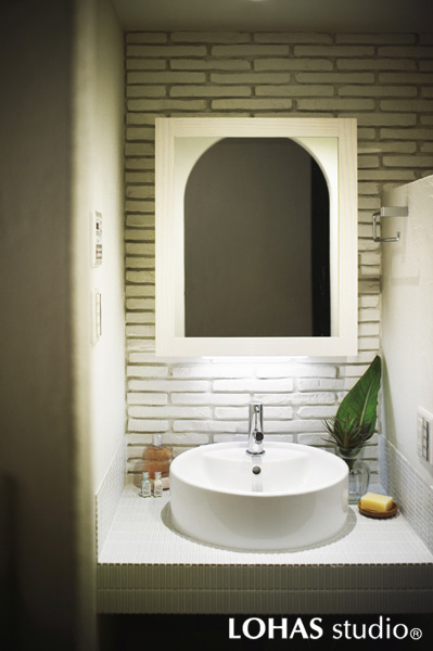 白を基調にしたアンティーク風の洗面室の様子