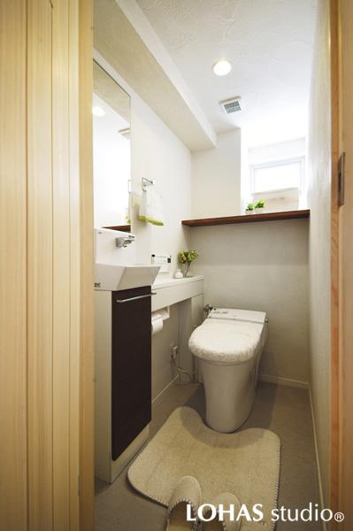 珪藻土のパターンが印象的な清潔感のあるトイレの様子
