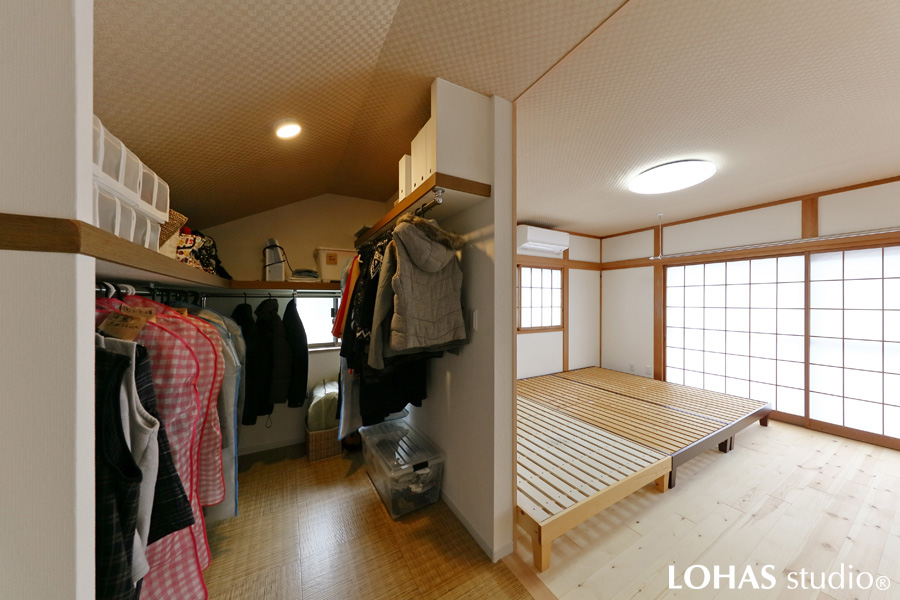 収納場所をたっぷりと用意してくつろげる寝室の様子