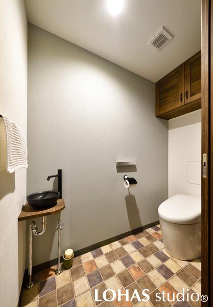 LDKに合わせてブラックでアクセントを加えたトイレの様子