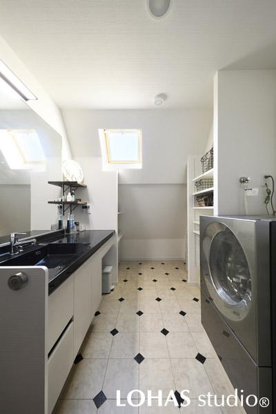 モノトーンで清潔感重視にまとめた洗面室の様子