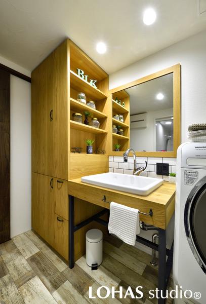 シンプルながら大容量収納を確保した洗面室の様子