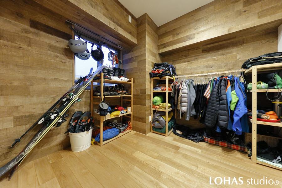 ご夫婦共通の趣味である登山の道具を収納した洋室の様子
