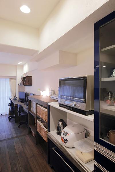 キッチン背面には冷蔵庫、収納、PCカウンターを設置