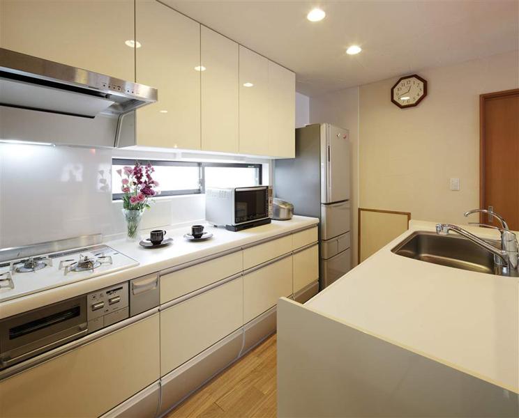 白を基調とした明るく清潔感のあるキッチン