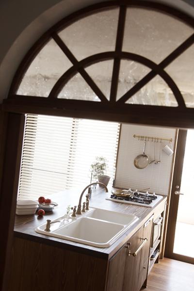 キッチン上部の半円窓の様子